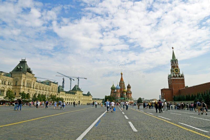 Cuadrado rojo con el Kremlin, construcción de la GOMA y de la catedral del ` s de la albahaca del St imagen de archivo