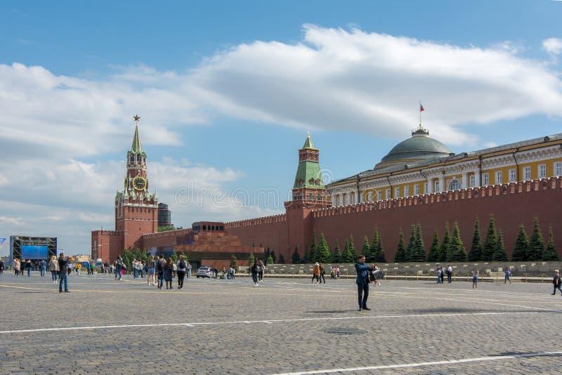Cuadrado rojo con la torre de Spasskaya del palacio de Moscú el Kremlin, del mausoleo de Lenin y del senado, Moscú, Rusia imagenes de archivo