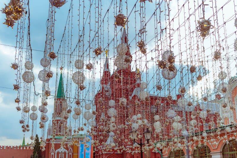 Cuadrado rojo detrás de decoraciones en la calle principal fotografía de archivo libre de regalías