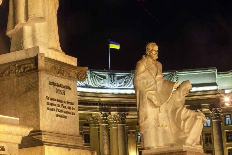 Cuadrado ucraniano K de Mikhaylovsky del Ministerio de Asuntos Exteriores de la estatua de los fundadores fotos de archivo