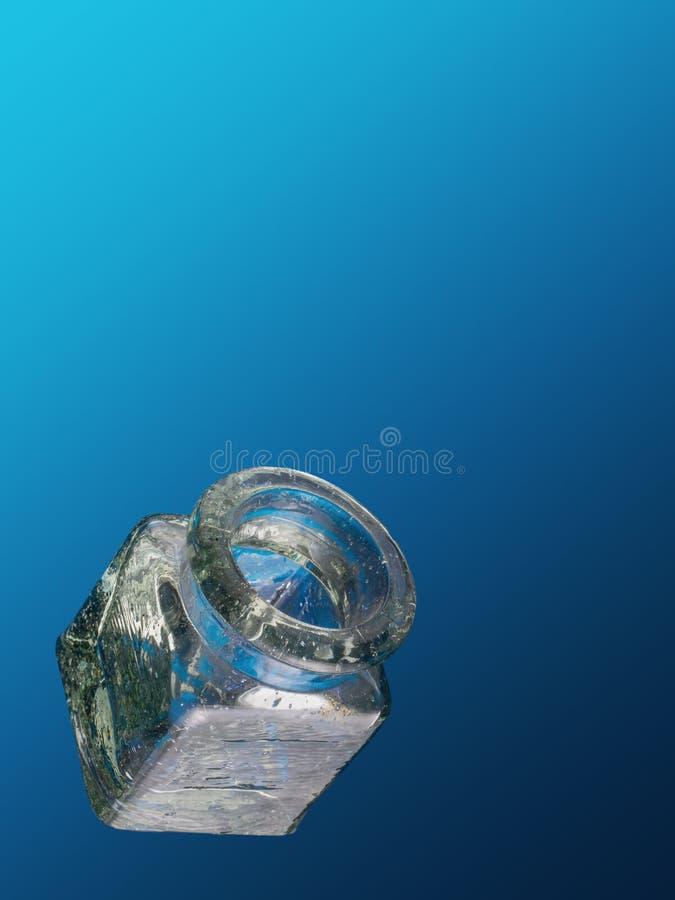 Cuadrado vacío, tarro de cristal soplado mano antigua en fondo azul abierto con el copyspace fotografía de archivo