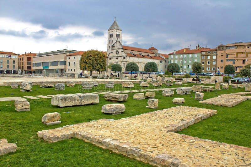 Cuadrado verde en Zadar - el foro, romano permanece imagen de archivo