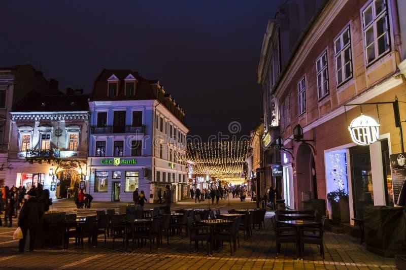 Cuadrado y árbol de navidad del consejo en el viejo centro de ciudad de Brasov en una noche del invierno fotos de archivo libres de regalías