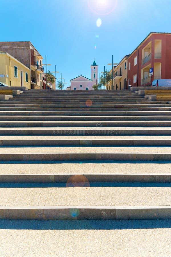 cuadrado y escalera delante de la iglesia imagen de archivo libre de regalías