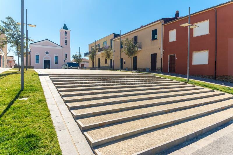 cuadrado y escalera delante de la iglesia imagenes de archivo