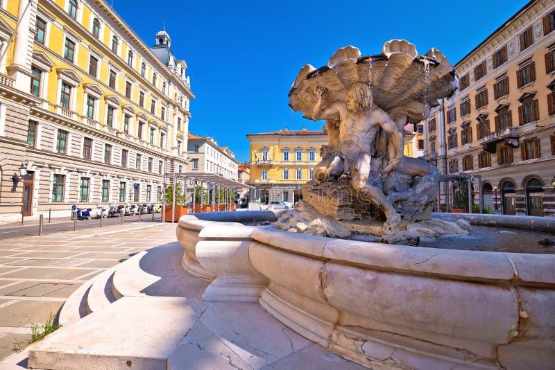 Cuadrado y fuente de Vittorio Veneto de la plaza en la ciudad de Trieste foto de archivo