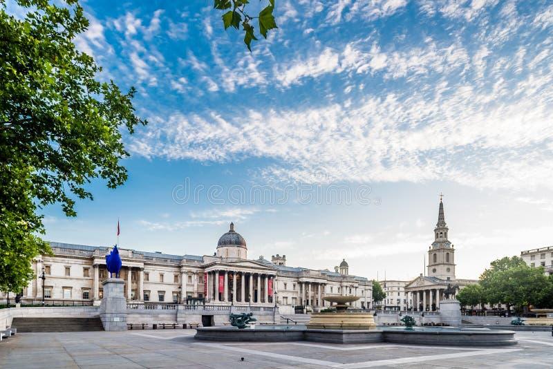 Cuadrado y National Gallery de Trafalgar en Londres foto de archivo