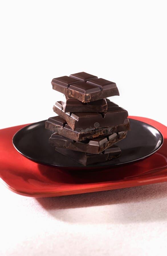 Cuadrados del chocolate amargo oscuro fotos de archivo