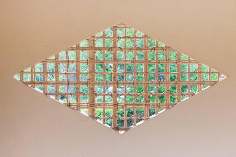 Cuadrilátero de forma diamantada de la rejilla de madera japonesa de la ventana fotos de archivo