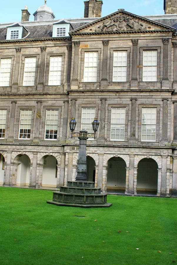 Cuadrilátero en el palacio de Holyrood en Edimburgo, Escocia fotos de archivo