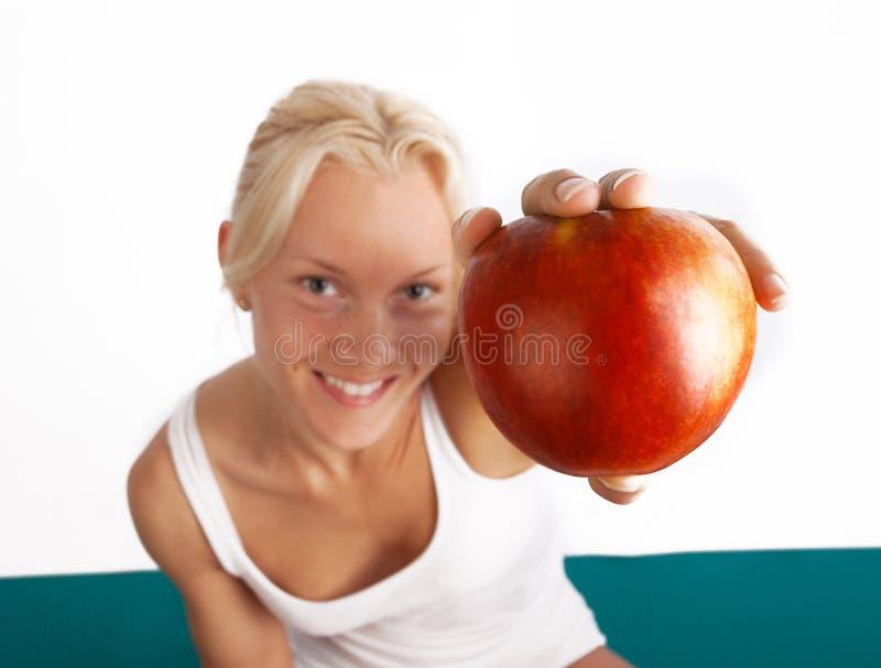 Cuadro de la manzana fresca en manos imágenes de archivo libres de regalías