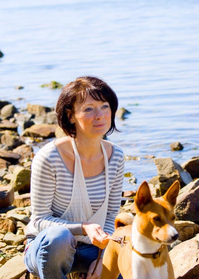 Cuadro de una mujer con un perro fotos de archivo