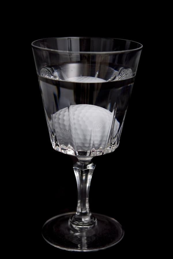 Cuadro de una pelota de golf en peligro del agua imágenes de archivo libres de regalías