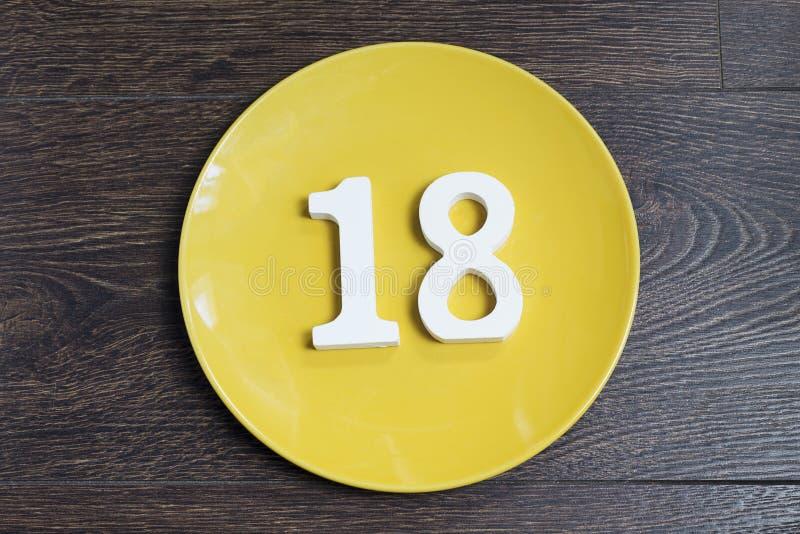 Cuadro dieciocho en la placa amarilla fotos de archivo
