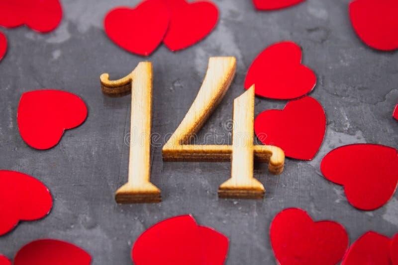 Cuadros uno y cuatro y corazones en un fondo gris El símbolo del día de amantes Día de tarjeta del día de San Valentín Concepto 1 foto de archivo libre de regalías