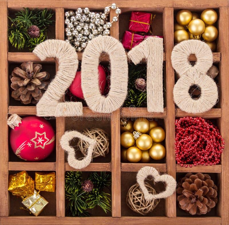 Cuadros 2018 y corazones adornados con una cuerda, caja con Christma fotos de archivo