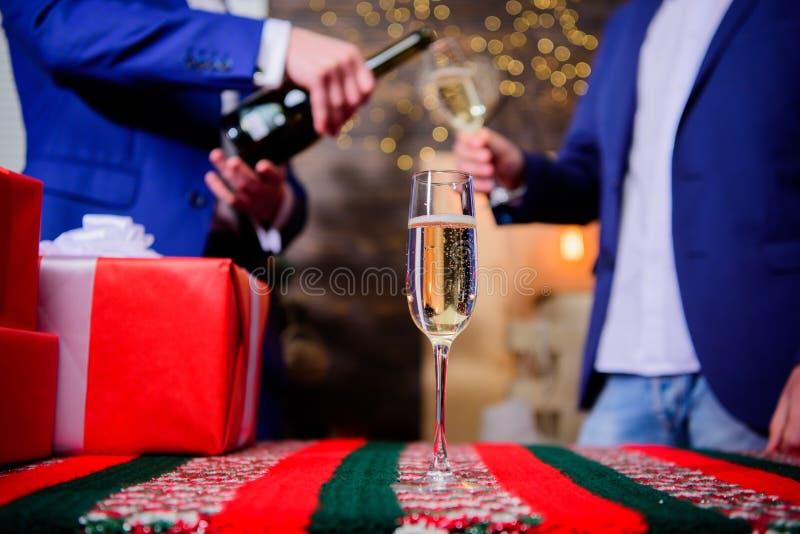 Cualidad tradicional del Año Nuevo Feliz Año Nuevo y Feliz Navidad E El vidrio llenó el vino espumoso fotos de archivo libres de regalías