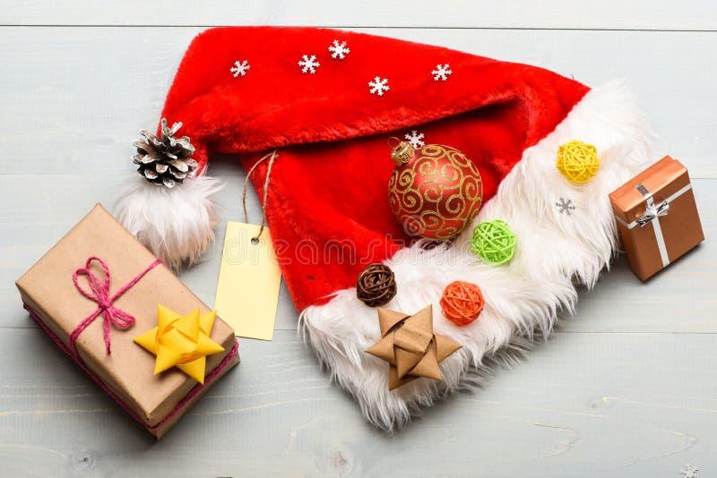 Cualidades de las vacaciones de invierno Decoraciones del Año Nuevo y de la Navidad Sombrero de Papá Noel y caja de regalo de la  foto de archivo