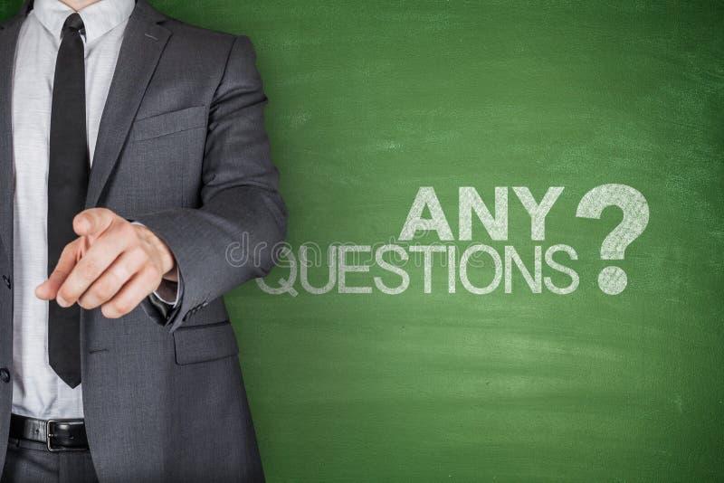Cualquier concepto de las preguntas en la pizarra verde fotografía de archivo