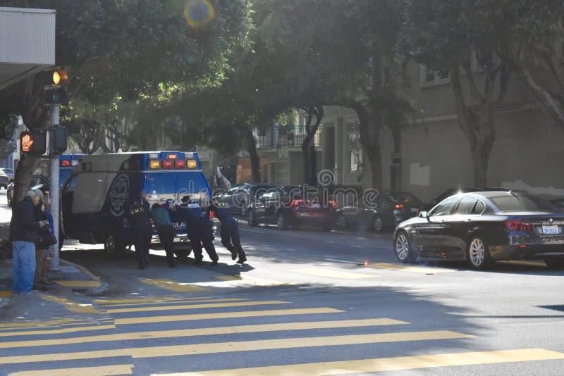 Cuando los vehículos de la emergencia están en una situación de emergencia, 1 imagen de archivo