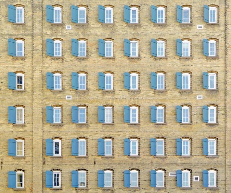 Cuarenta y ocho ventanas en el edificio de la vendimia imagen de archivo libre de regalías