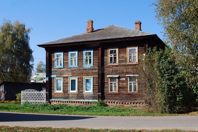 Cuartel habitado dos-storeyed de madera viejo en la calle de Sadovaya, Pereslavl-Zalessky Rusia imagenes de archivo