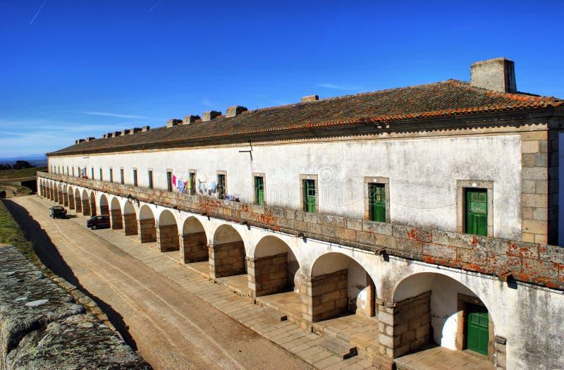 Cuarteles anteriores de los militares en el pueblo histórico de Almeida fotografía de archivo