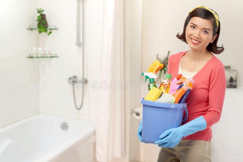 Cuarto de baño asiático de la limpieza de la mujer foto de archivo