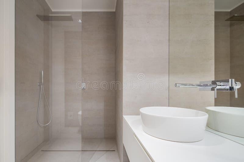 Cuarto de baño beige elegante con la ducha imagen de archivo libre de regalías