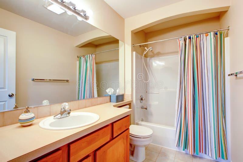 Cuarto de baño brillante con las cortinas coloridas foto de archivo libre de regalías