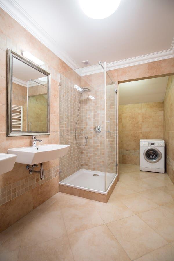 Cuarto de baño brillante y espacioso foto de archivo