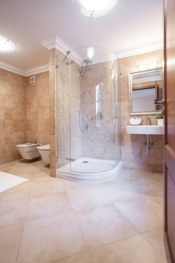 Cuarto de baño caliente espacioso con la ducha imagen de archivo libre de regalías