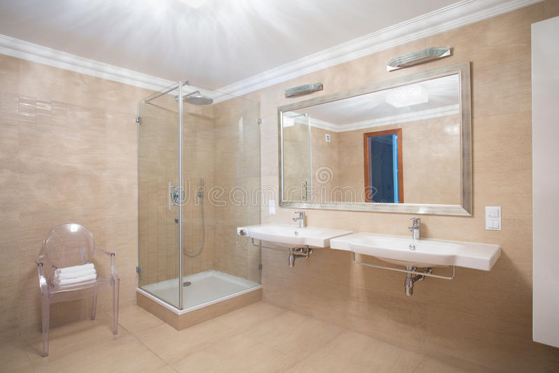 Cuarto de baño caliente espacioso elegante fotografía de archivo libre de regalías
