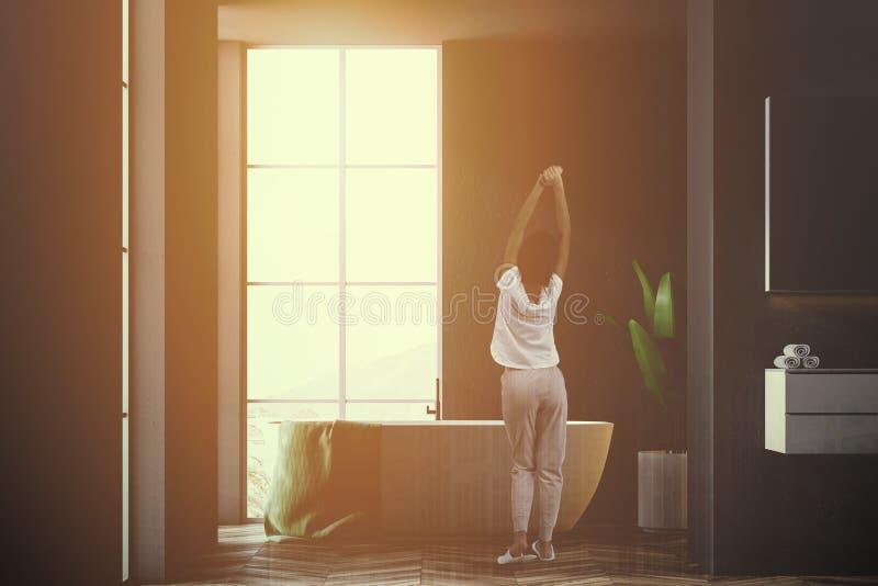 Cuarto de baño clásico del desván interior, negro, mujer fotografía de archivo