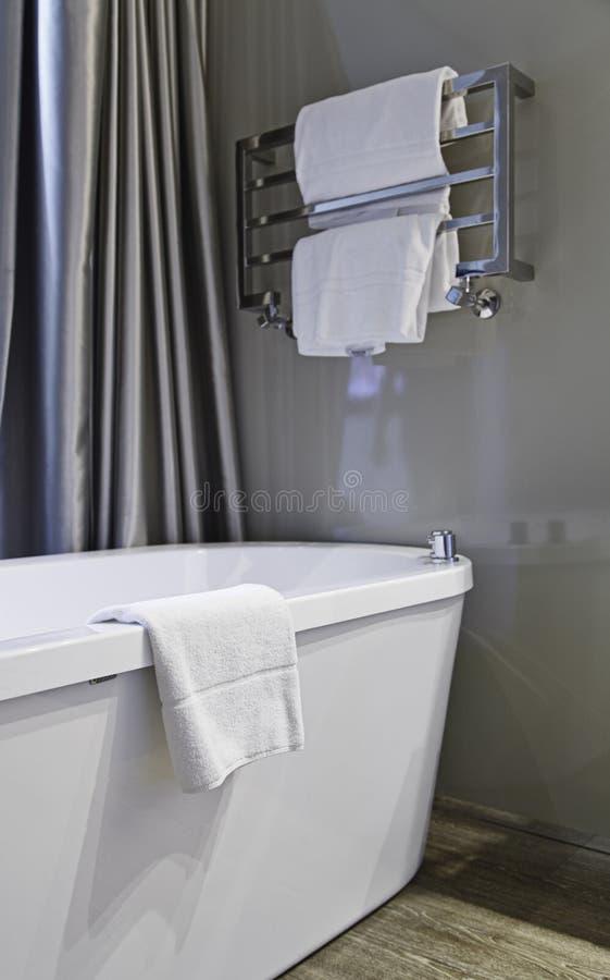Cuarto de baño con el baño fotos de archivo libres de regalías