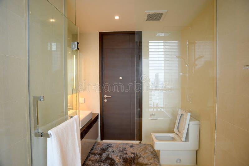 Cuarto de baño con el espejo grande foto de archivo libre de regalías