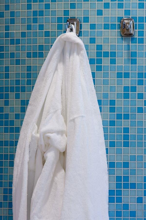 Cuarto de baño con el vestido blanco fotos de archivo libres de regalías