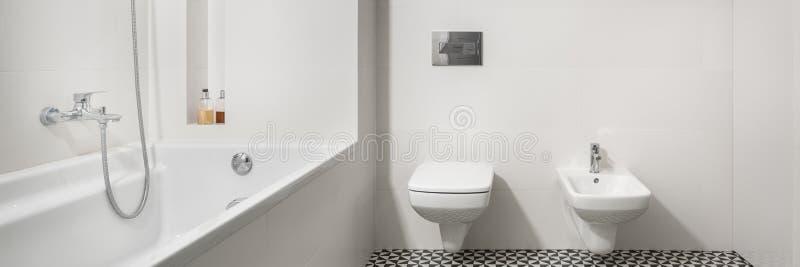 Cuarto de baño con la bañera blanca, panorama fotos de archivo