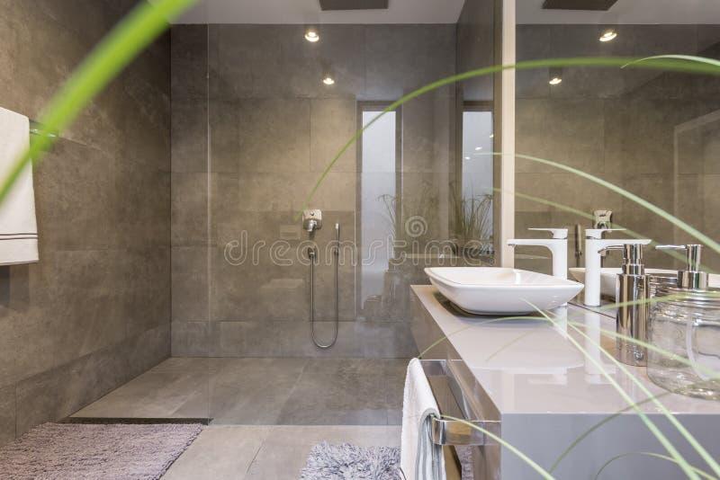 Cuarto de baño con la ducha espaciosa imagenes de archivo