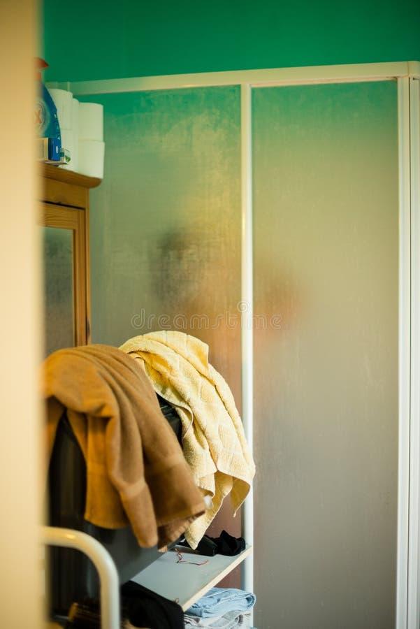 cuarto de baño con la ducha, ducha de las tomas de la mujer imagenes de archivo
