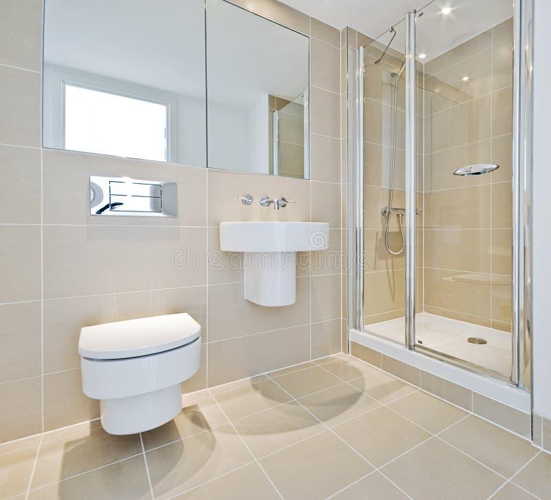 Cuarto de baño con la esquina de la ducha foto de archivo libre de regalías
