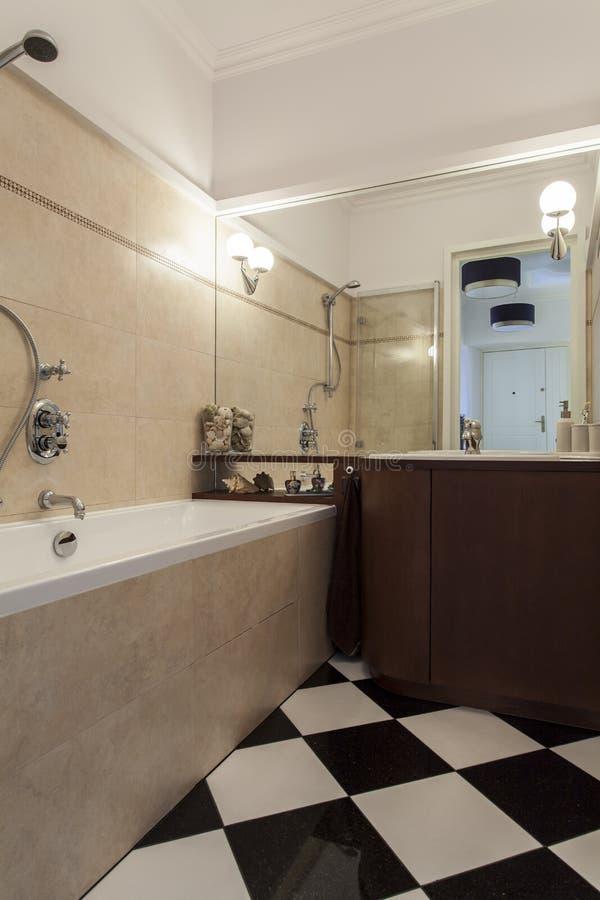 Cuarto de baño con los azulejos blancos y negros foto de archivo