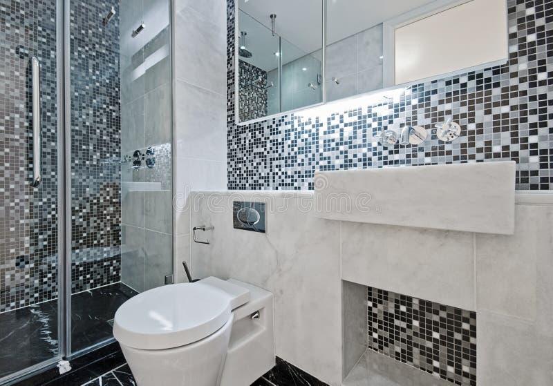 Cuarto de baño con los azulejos de mosaico fotos de archivo libres de regalías