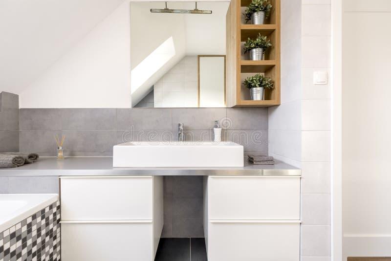 Cuarto de baño con los gabinetes blancos imágenes de archivo libres de regalías