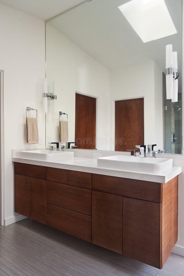Cuarto de baño contemporáneo foto de archivo libre de regalías