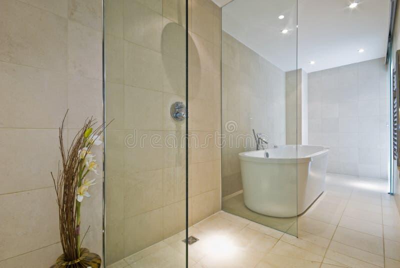 Cuarto de baño contemporáneo imagen de archivo libre de regalías