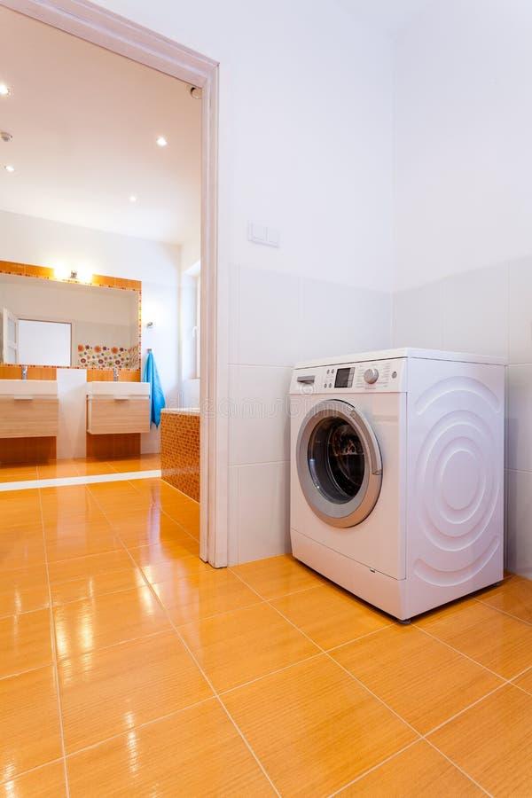 Cuarto de baño contemporáneo grande con la lavadora en la esquina fotografía de archivo libre de regalías