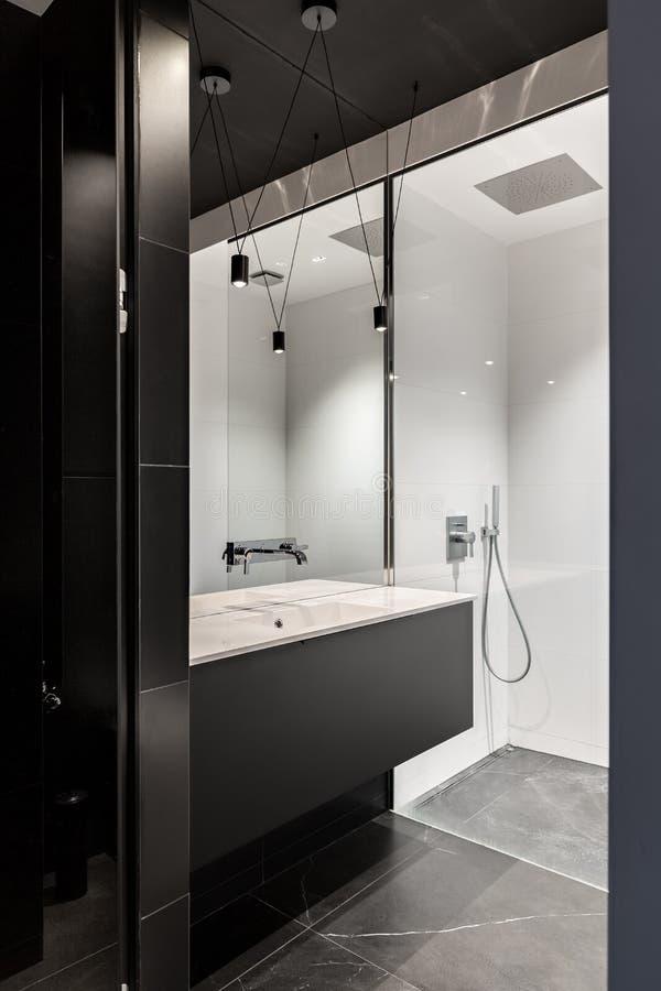 Cuarto de baño contemporáneo y elegante negro fotografía de archivo libre de regalías