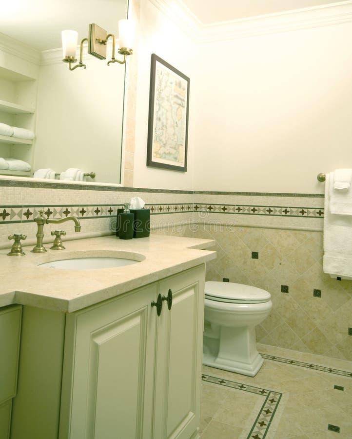 Cuarto de baño de encargo con el trabajo del azulejo imágenes de archivo libres de regalías