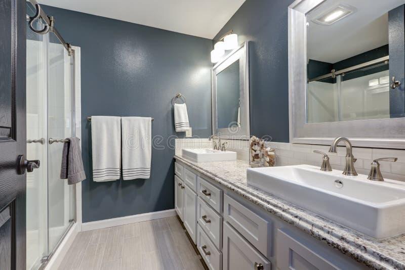 cuarto de baño de la En-habitación con diseño perfecto foto de archivo